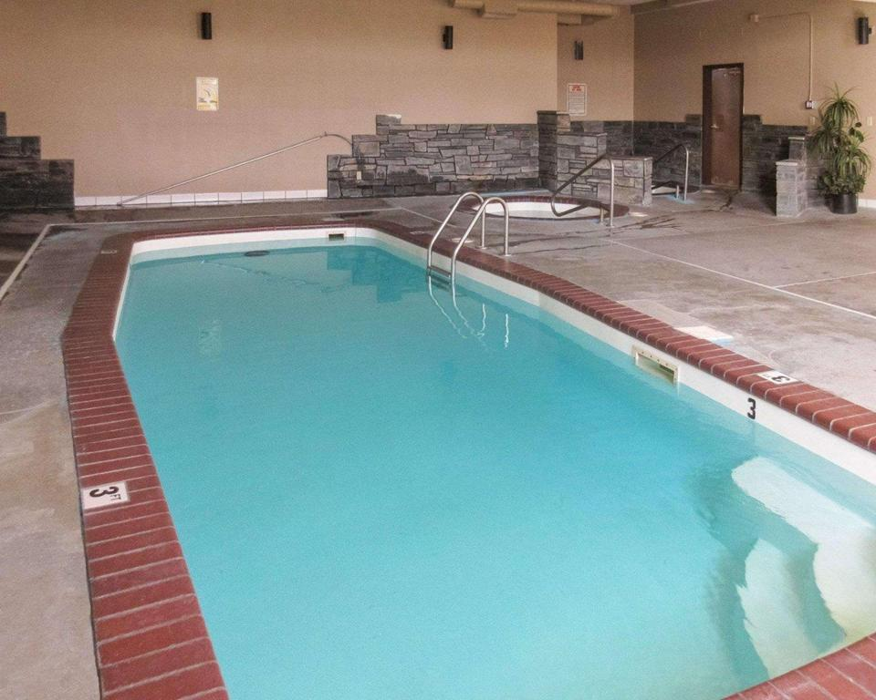 Swimming pool Rodeway Inn Rapid City