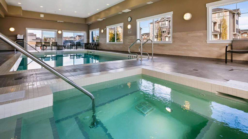 Swimming pool Best Western Plus Chestermere Hotel