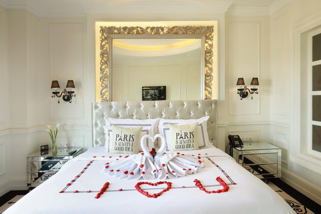 Romantic Suite - Bed