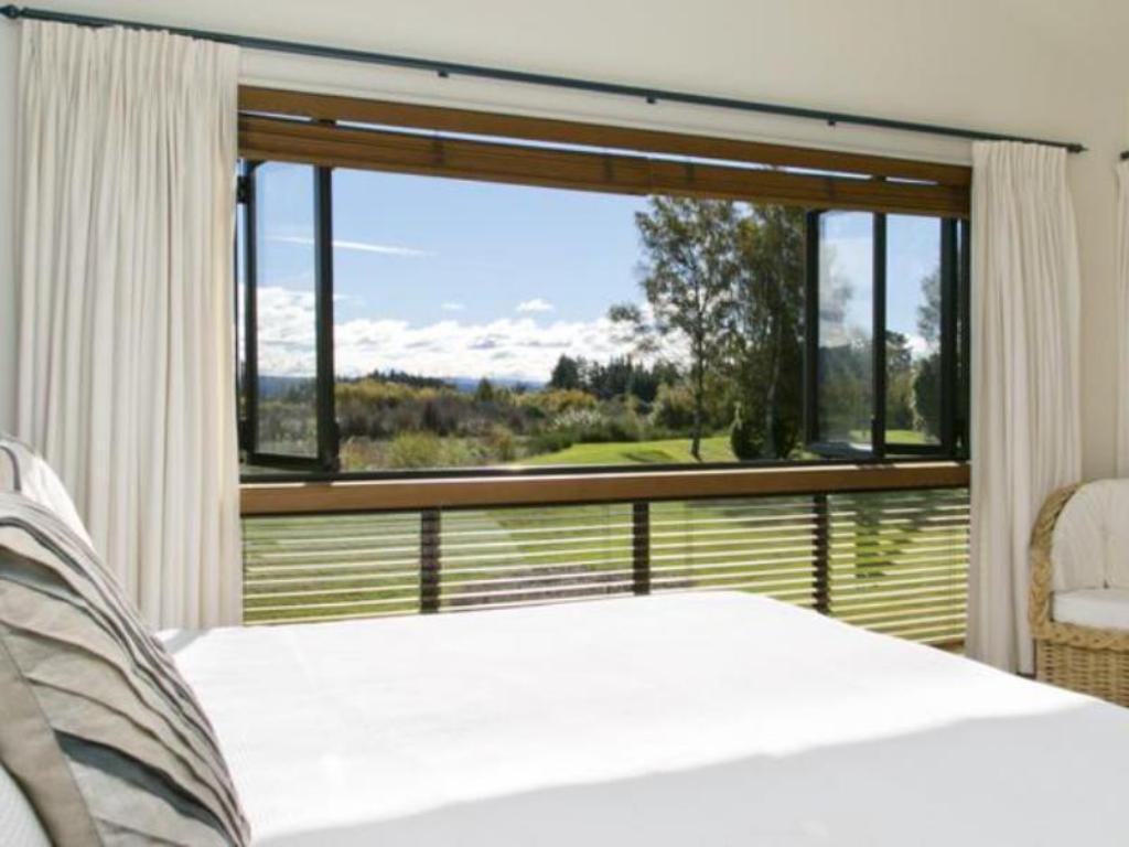 One bedroom Chalet - Bed Tongariro Lodge