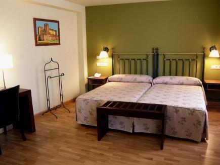 Doppel- oder Zweibettzimmer (1-2 Erwachsener) (Double or Twin Room (1-2 Adults))
