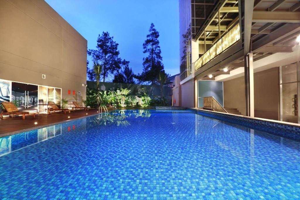 Swimming pool [outdoor]