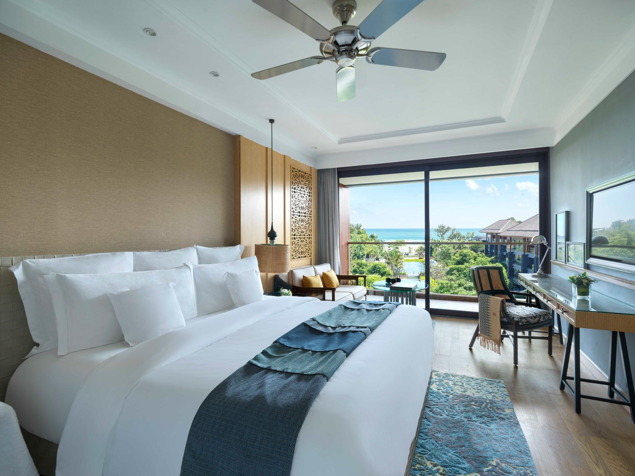 1 King Bed Sea Breeze View