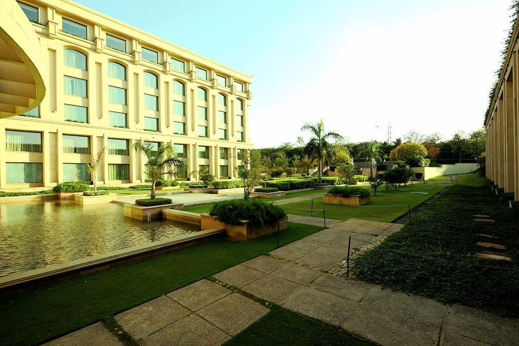 Piscina exterior The Grand New Delhi Hotel