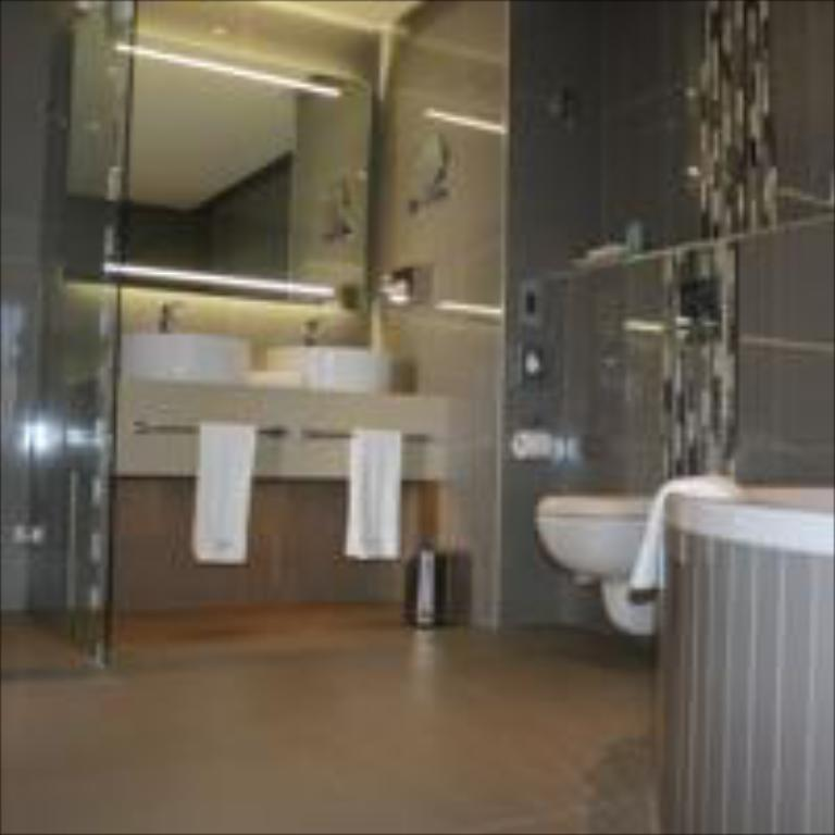 Family Suite Twin - Bathroom Krystal Beach Hotel Pty Ltd