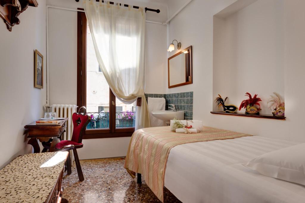 Single Room with Shared Bathroom - Guestroom Hotel San Samuele
