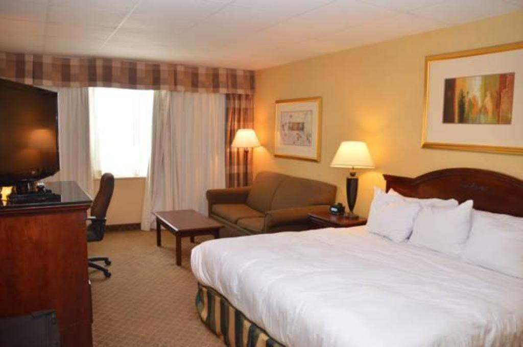 King Bed - Guestroom Red Lion Hotel St Joseph