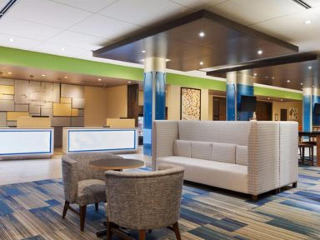 Лобби Holiday Inn Express & Suites Greenwood North