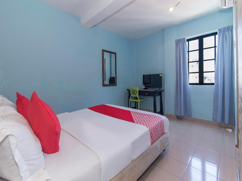 Double or Twin Room with Private Barthroom - Bedroom OYO 175 Lotus Hotel