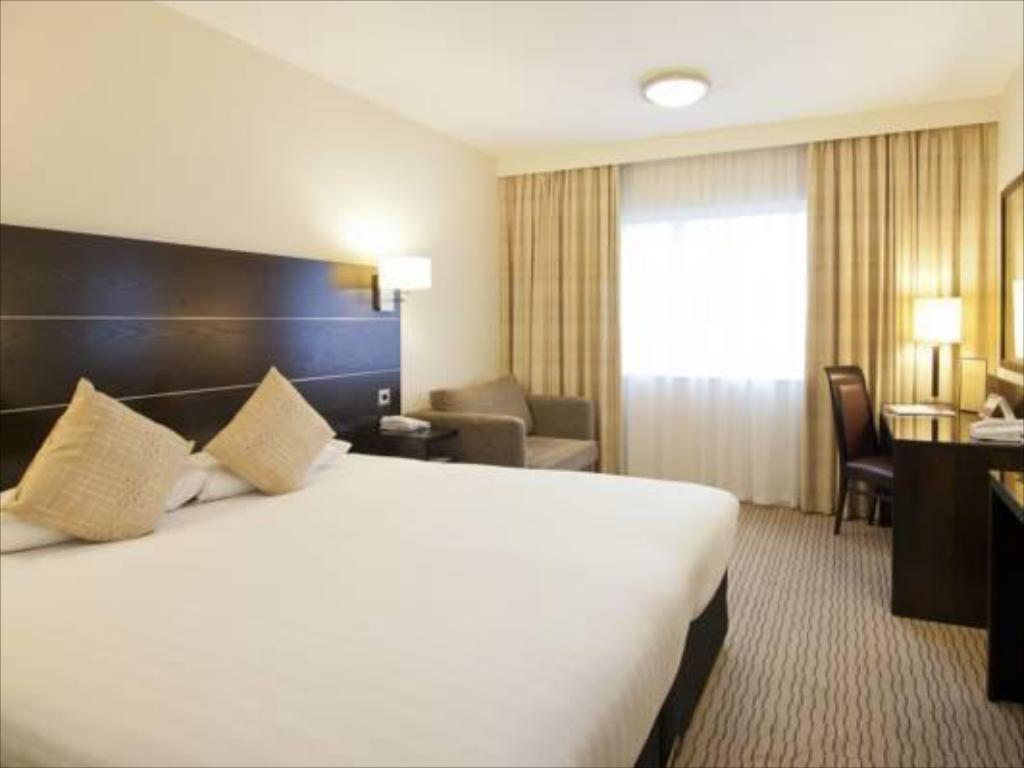 King Guest Room DoubleTree by Hilton London Heathrow Airport