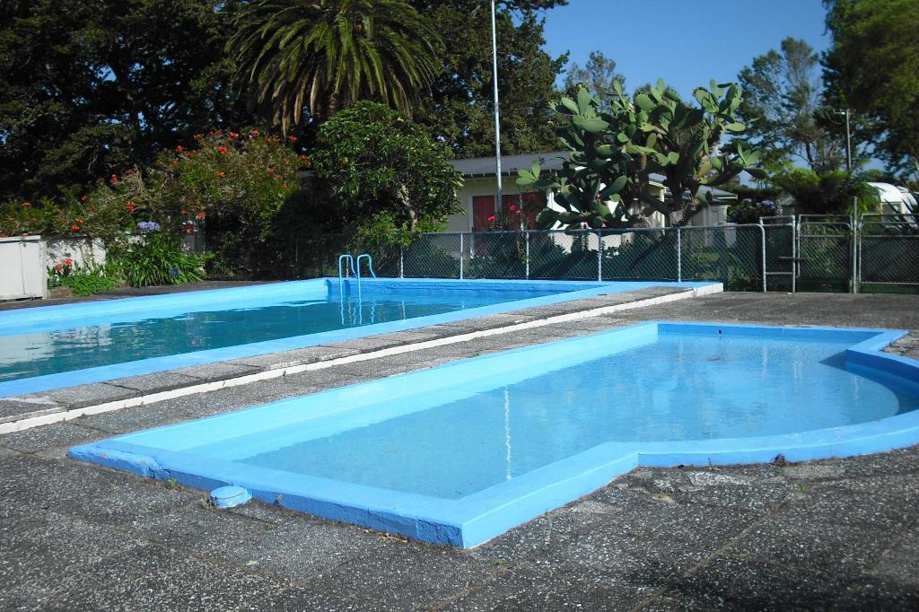 Te aroha holiday park and cottages in new zealand room deals photos reviews for Holiday lets with swimming pools