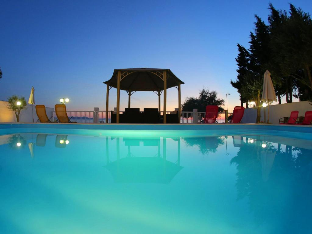 Swimming pool Villa Triana