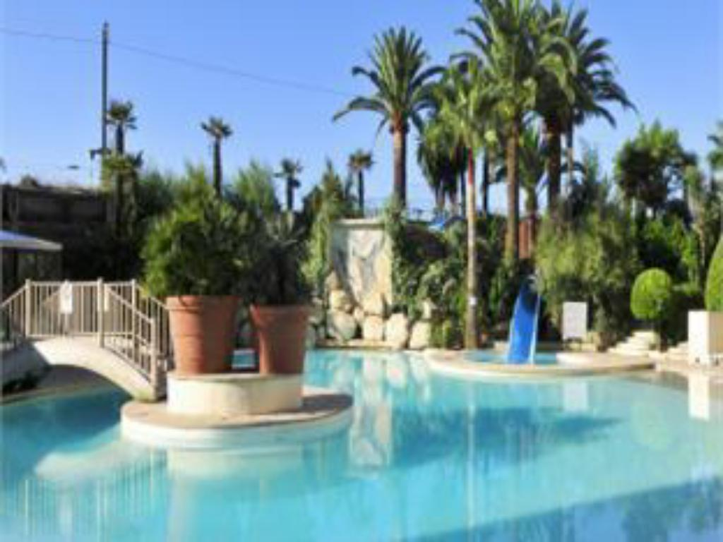 Swimming pool Residhotel Villa Maupassant