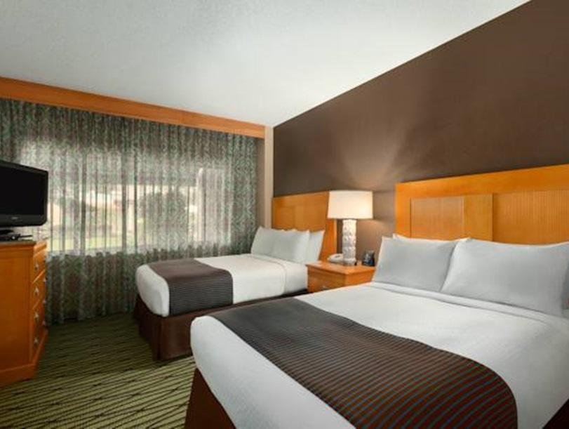 Suite dengan 2 Katil Queen dan 1 Katil Sofa (2 Queens 2 Room Suite with Sofabed)