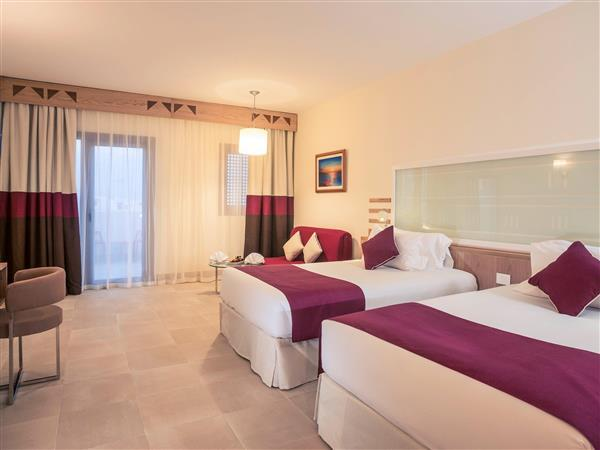 Superior amb 2 llits individuals amb vista sobre la piscina (Superior 2 single beds Pool view)