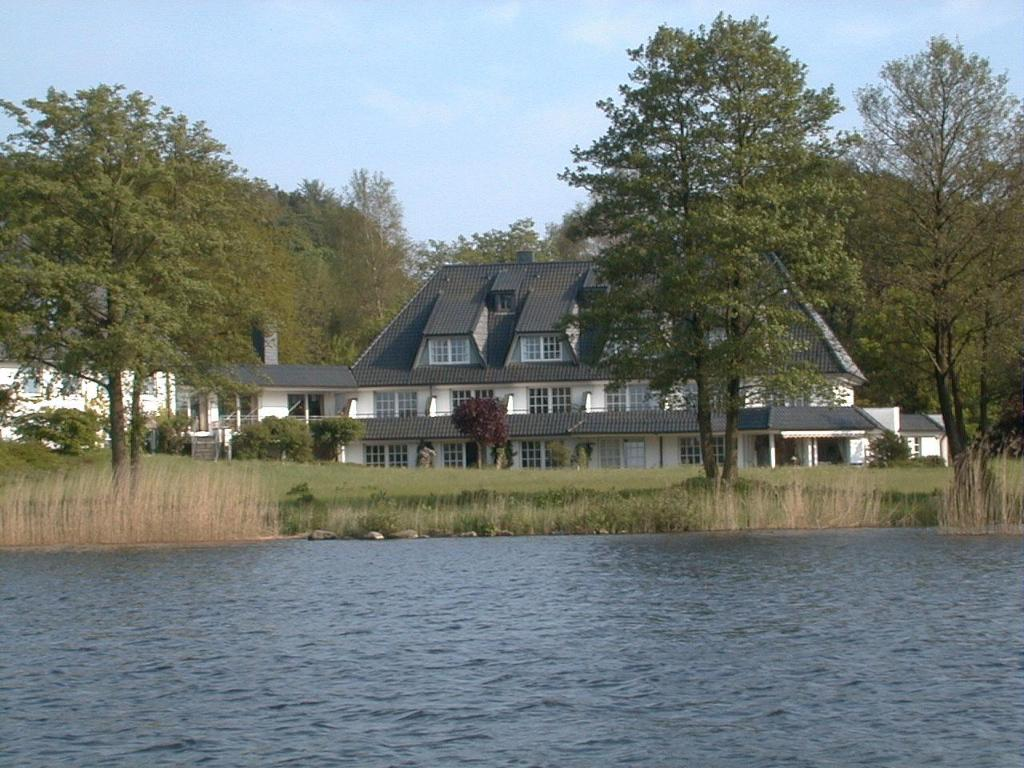 Best Price on Seehotel Toepferhaus in Alt Duvenstedt + Reviews!