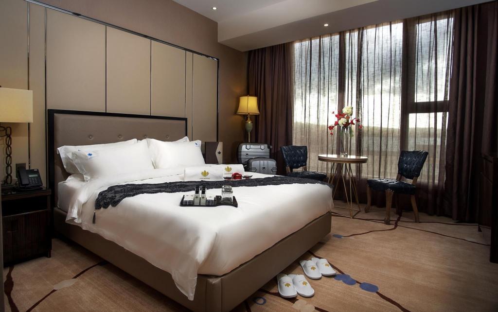 Deluxe queen room guestroom lotus blu hotel