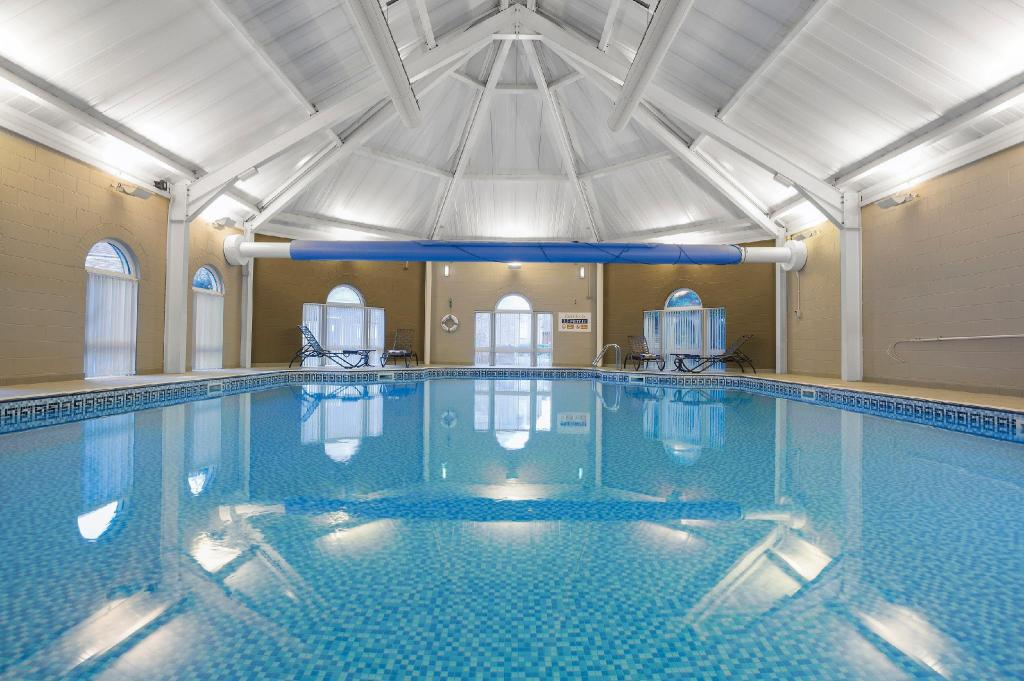Swimming pool Wychnor Park Country Club by Diamond Resorts