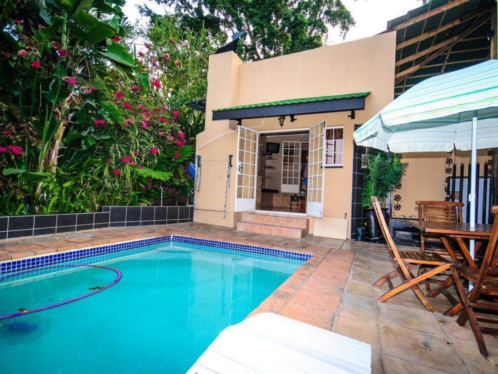 Swimming pool Nandina Guest House