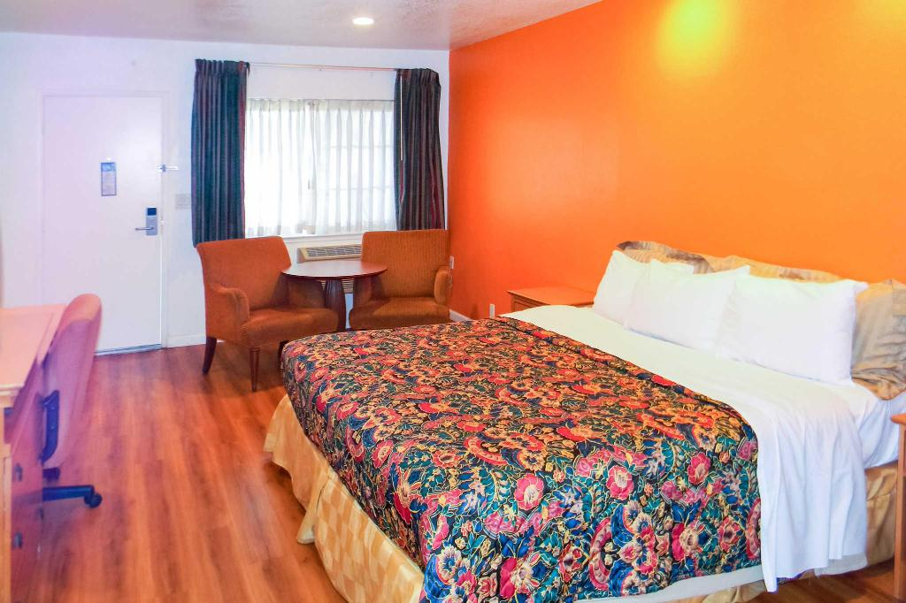 Accessible Room with 1 Queen Bed, No Smoking - Bed Rodeway Inn
