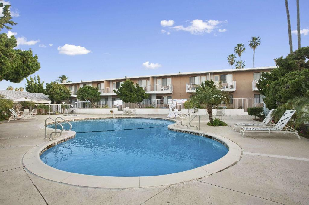 Swimming pool [outdoor] Ramada by Wyndham Torrance