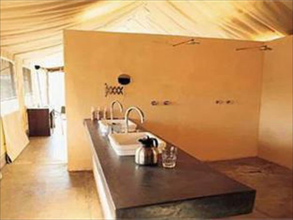 Интериор на хотела Honeyguide Tented Safari Camps Home