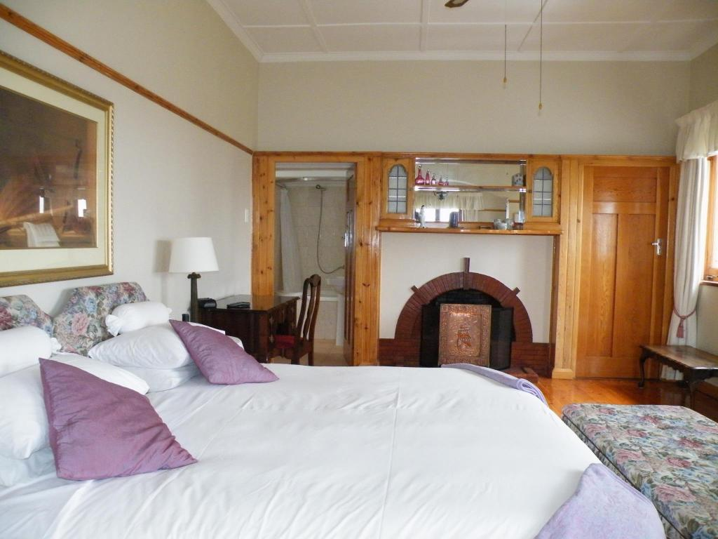 Cowrie: Spacious with excellent sea-views - Bed