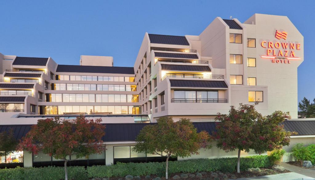 Exterior view Crowne Plaza Hotel Foster City-San Mateo