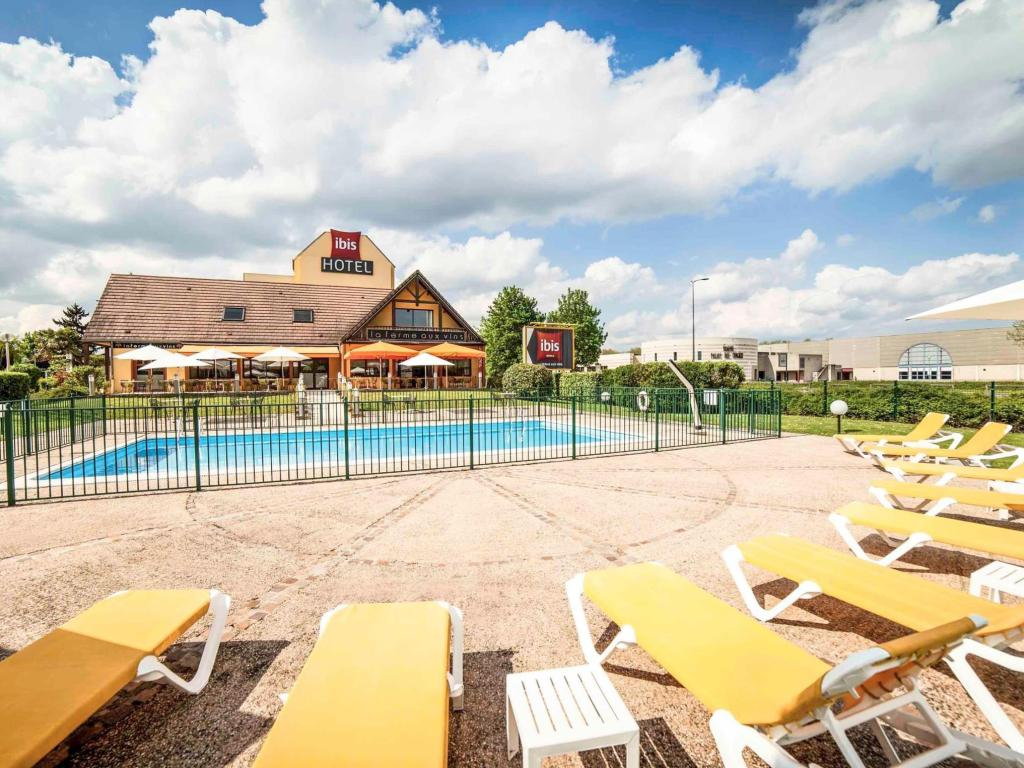 Swimming pool ibis Beaune La Ferme Aux Vins