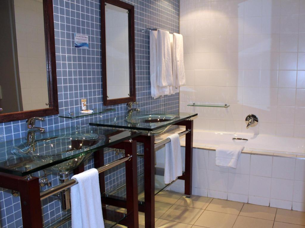 One Bedroom Apartment - Bathroom Circa Luxury Apartment Hotel