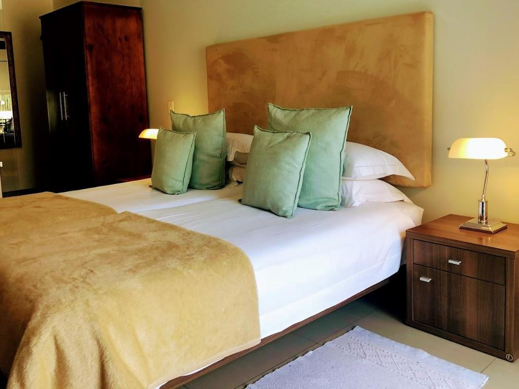 Deluxe Double Room - Bed Southern Comfort Guest Lodge