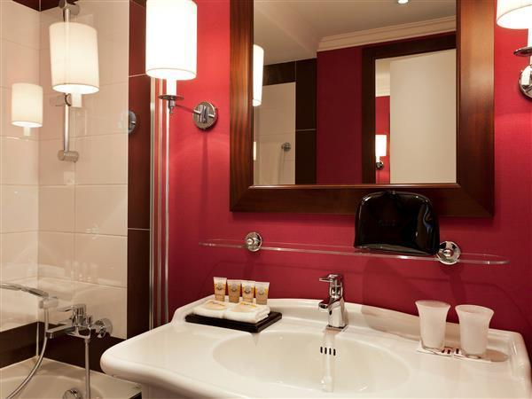 Classic Twin Room   Bathroom Pullman Montpellier Centre