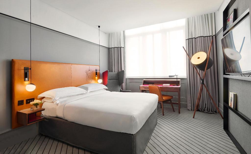1 Queen Bed - Guestroom Andaz London Liverpool Street - a concept by Hyatt