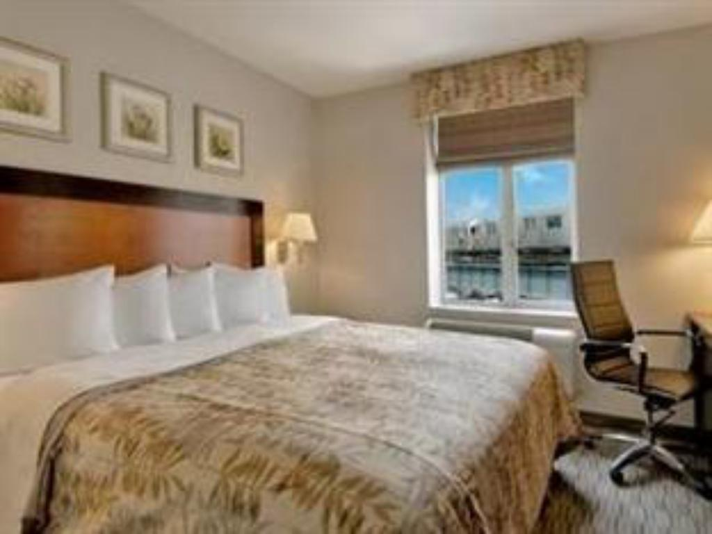 King Bed - Guestroom Days Inn by Wyndham Long Island City