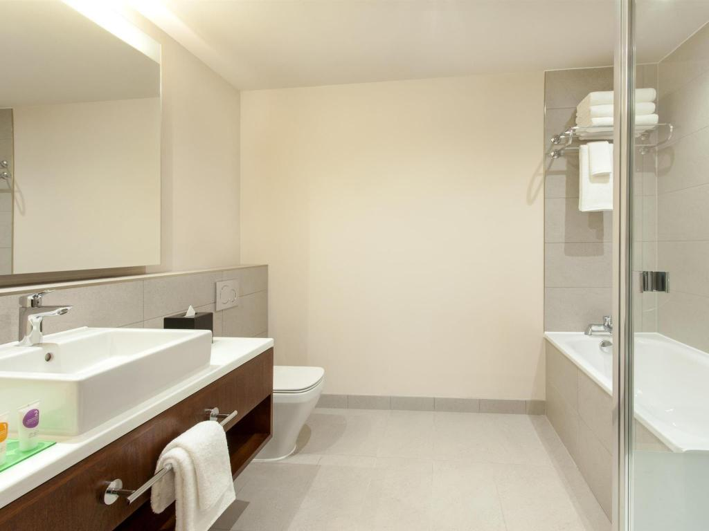 Baño Hyatt Place West London Hayes