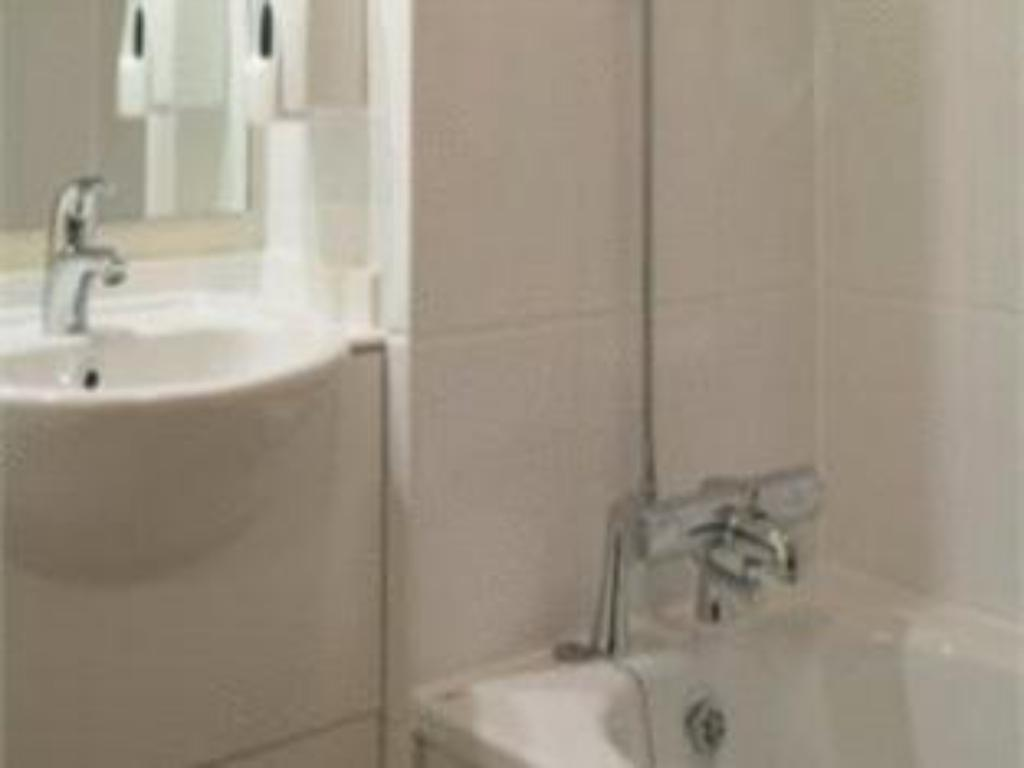 Bathroom Premier Inn Manchester City Centre - Deansgate Locks