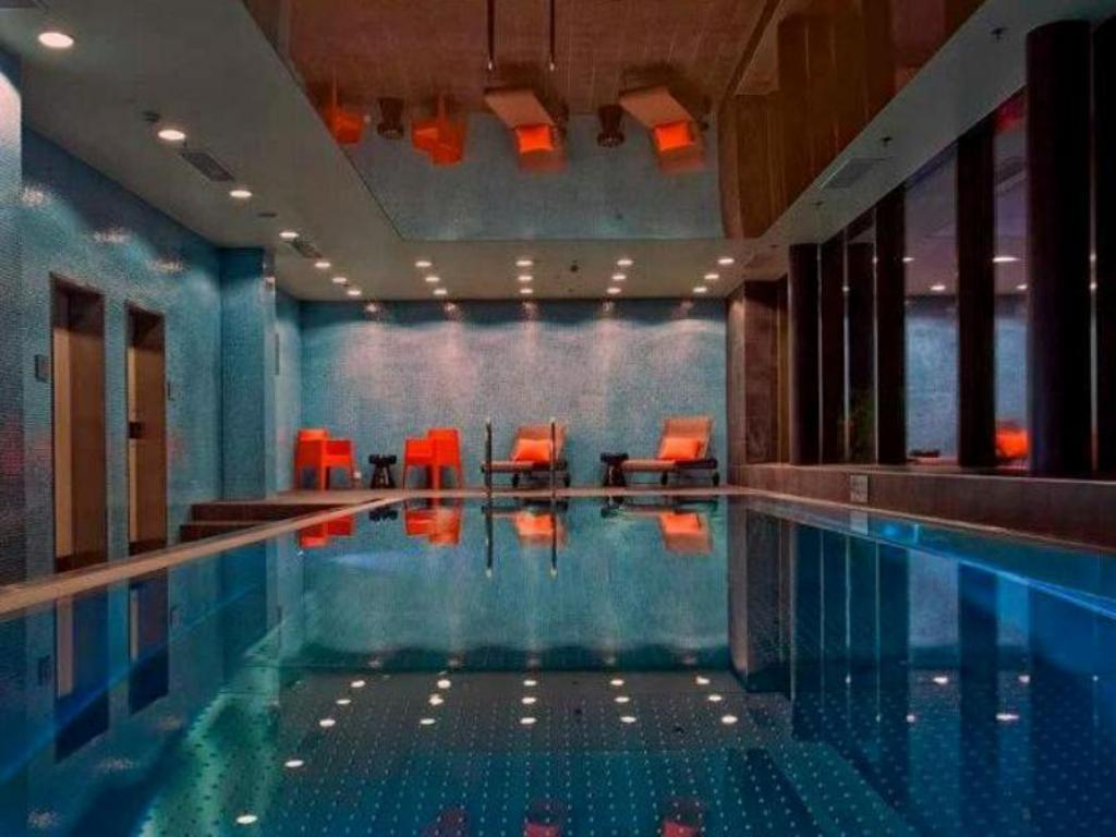 Swimming pool Adina Apartment Hotel Frankfurt Neue Oper