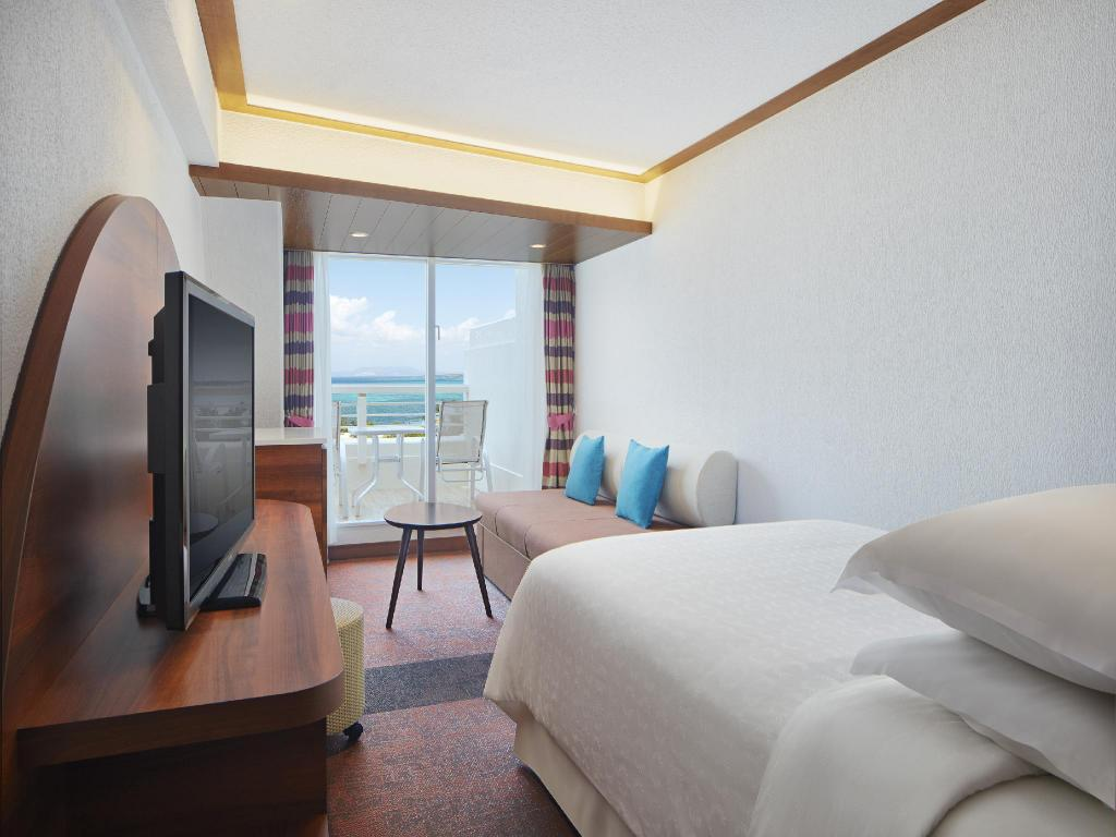 Standard Double with Ocean View - Bed Sheraton Okinawa Sunmarina Resort