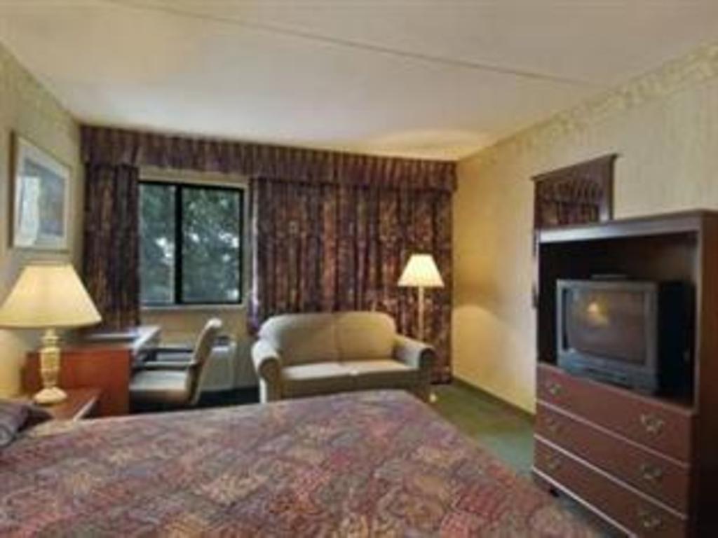 Howard Johnson Hotel by Wyndham Newark Airport in Newark (NJ) - Room ...