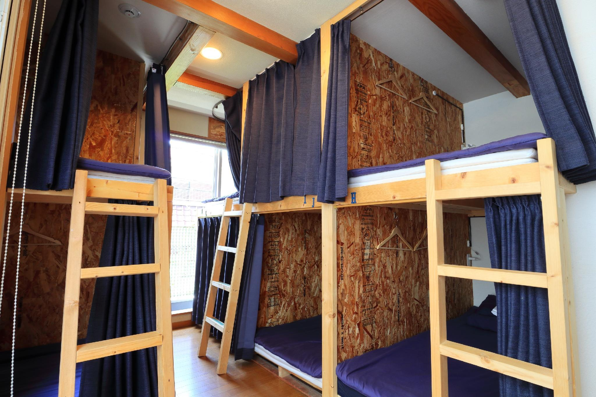 Ranjang Susun di Asrama Campuran (Bunk Bed In Mixed Dormitory)