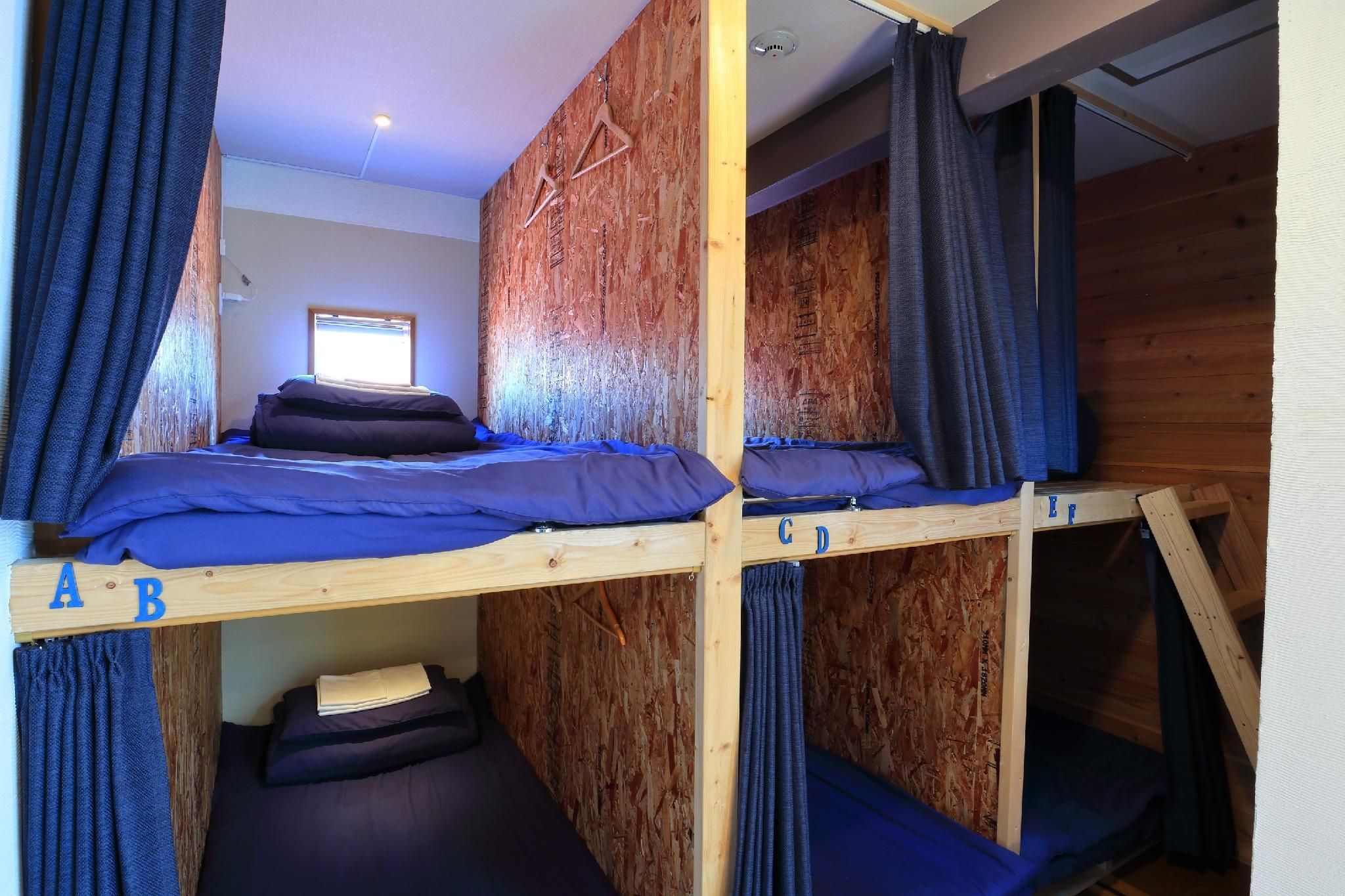 Ranjang Susun di Asrama – Khusus Wanita (Bunk Bed in Female Dormitory Room)