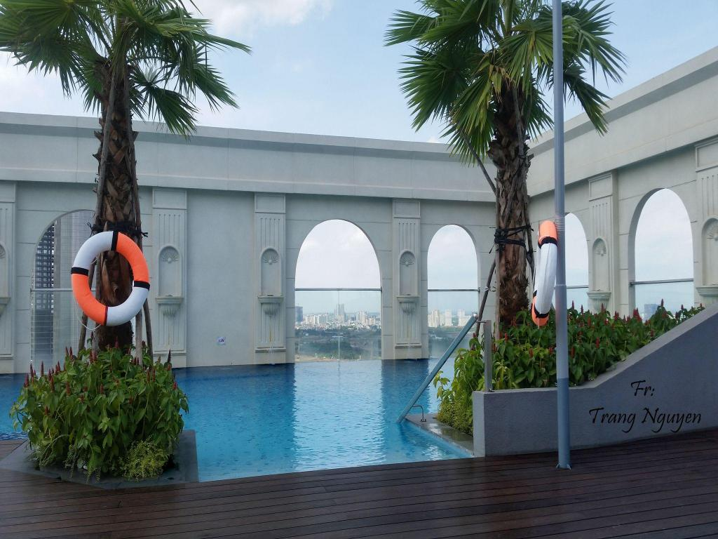 Kolam renang 3 bedroom mini penthouse in Saigon centre with  rooftop pool