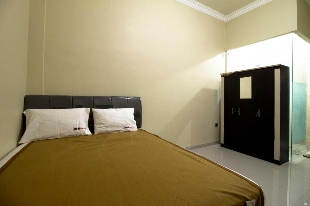 RedDoorz near Petra University in Surabaya - Room Deals
