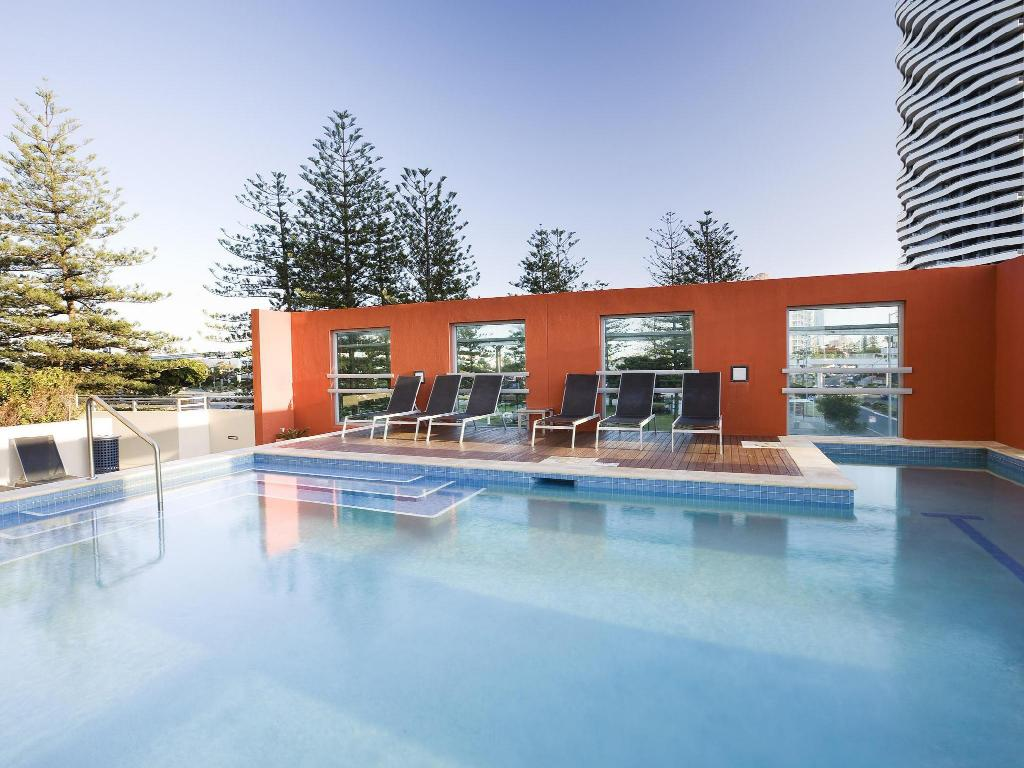 Swimming pool Mantra Broadbeach on the Park Hotel