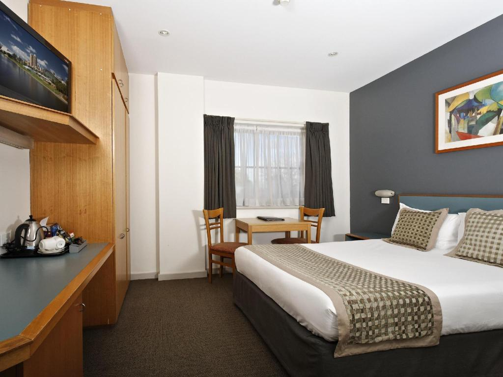 Queen Room - Access by Stairs Only  - Bed BreakFree Directors Studios Hotel