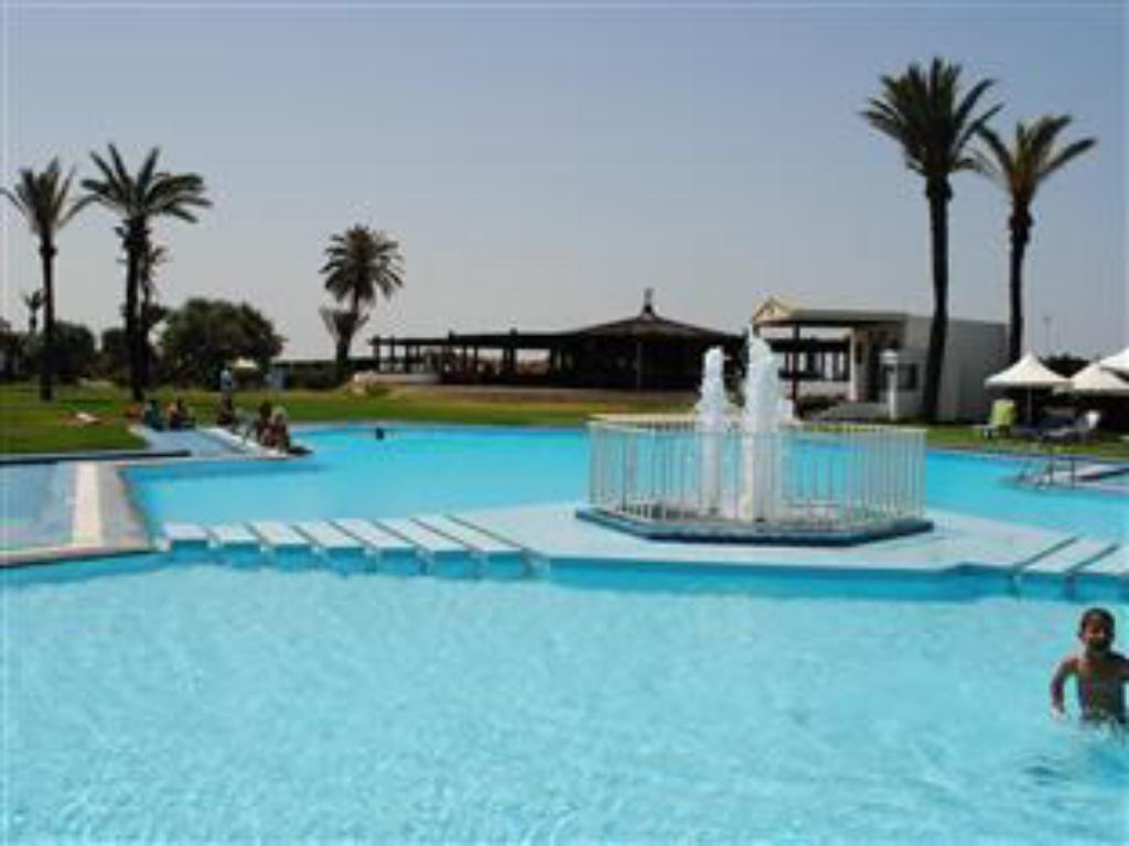 Swimming pool Hotel Kuriat Palace
