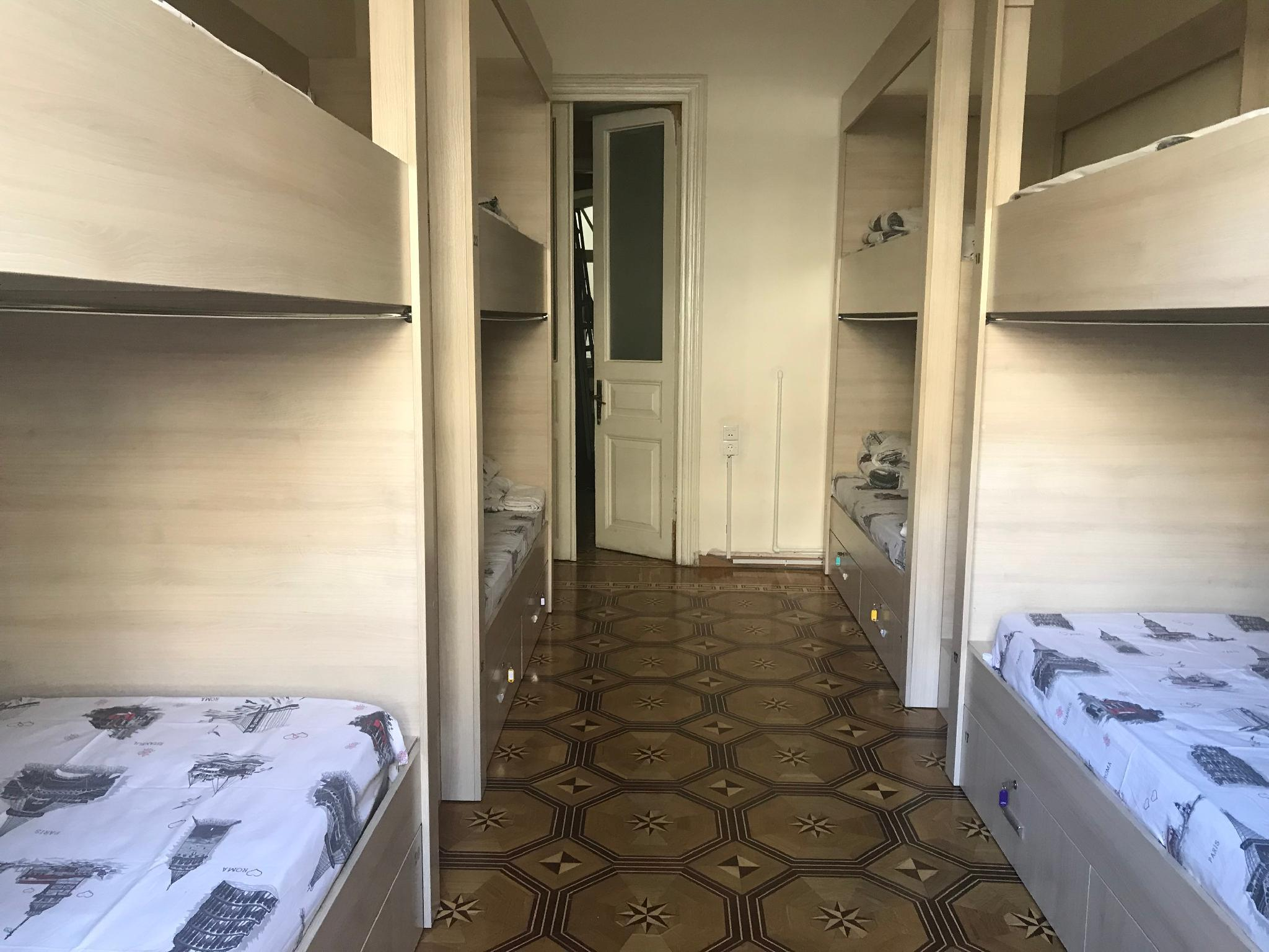1 persona en habitación compartida básica de 8 camas ‒ Mixta (1 Person in 8-Bed Basic Dormitory - Mixed)