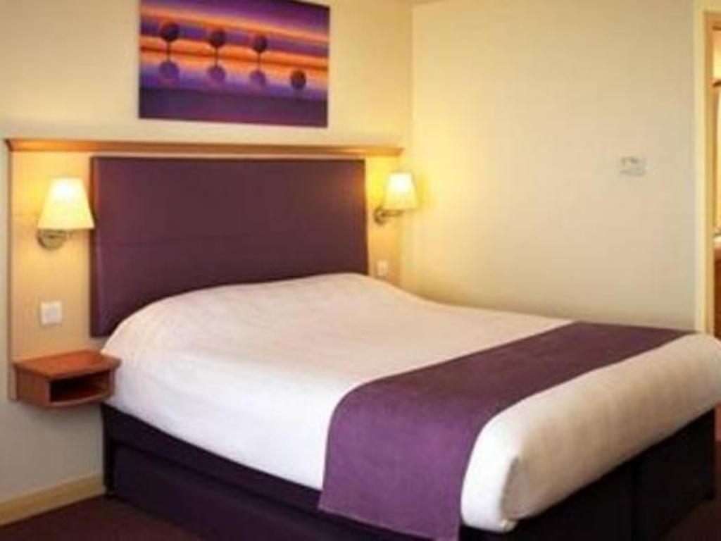 Standard Accessible - Bed Premier Inn Cheltenham Central