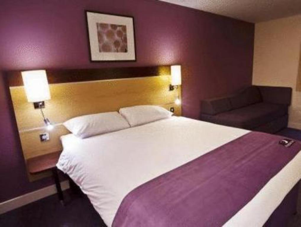 Standard Accessible - Bed Premier Inn Bradford South