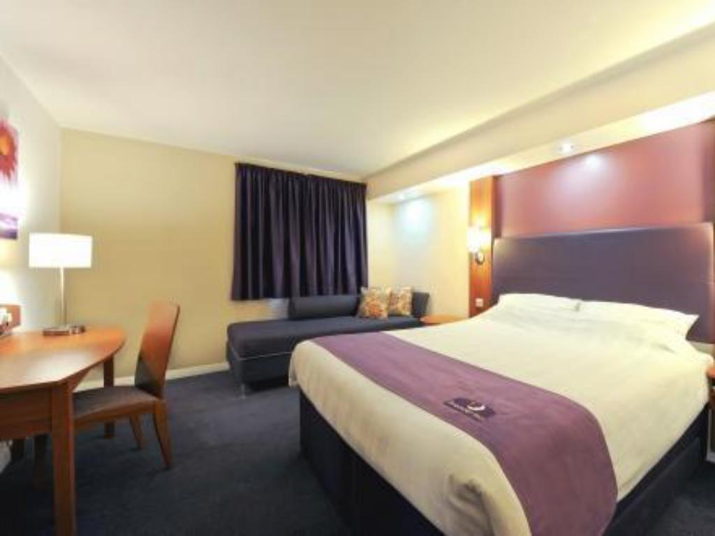 Family Room (2 Adults + 2 Children) - Guestroom Premier Inn Crewe Central